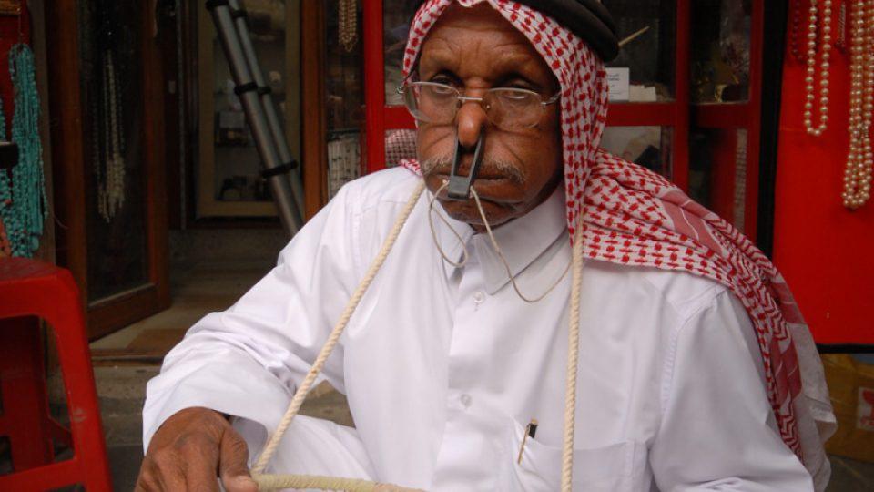 Sa'ad se spouštěl ke dnu se sítí na úlovky a s ucpaným nosem