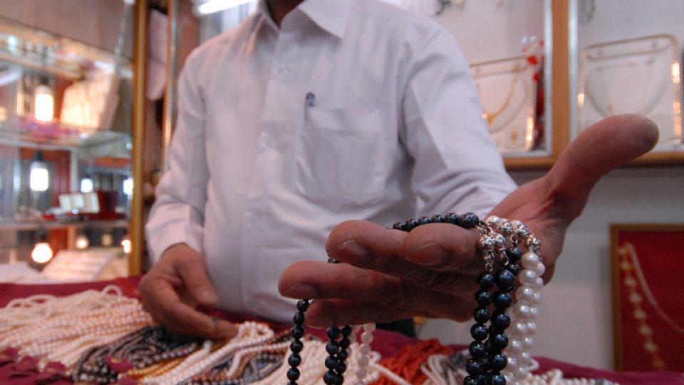 Prodavač v Kataru ukazuje sladkovodní perly z jihovýchodní Asie