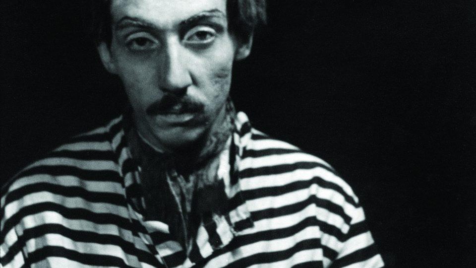 Václav Chochola (1923–2005): Miloš Kopecký v divadle Větrník, Smrt Tarelkinova, 1945, fotografie, moderní zvětšenina, 40 x 30 cm (Archiv B&M Chochola v Praze)