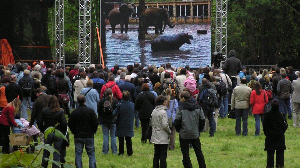 Poklepání na základní kámen nového pavilónu slonů na jaře roku 2010 přilákalo stovky návštěvníků