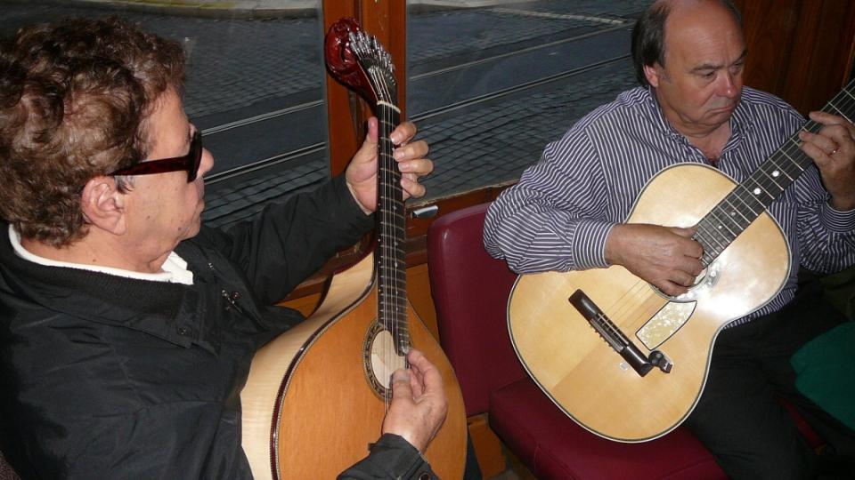 Tradiční portugalské fado zní v době konání Lisabonských slavností z tramvají na lince číslo 28