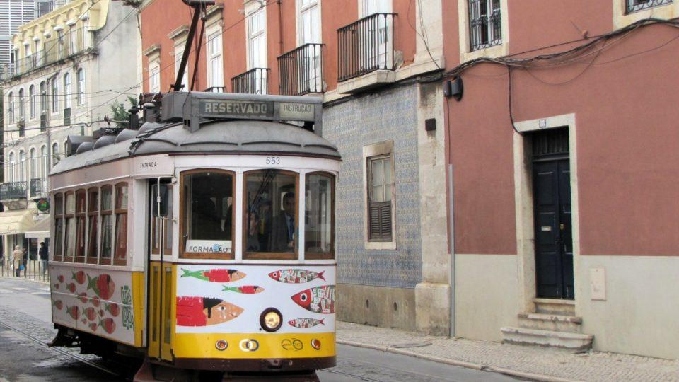 Sardinkami vyzdobená tramvaj už z dálky upozorňuje, že její útroby rozeznívá fado