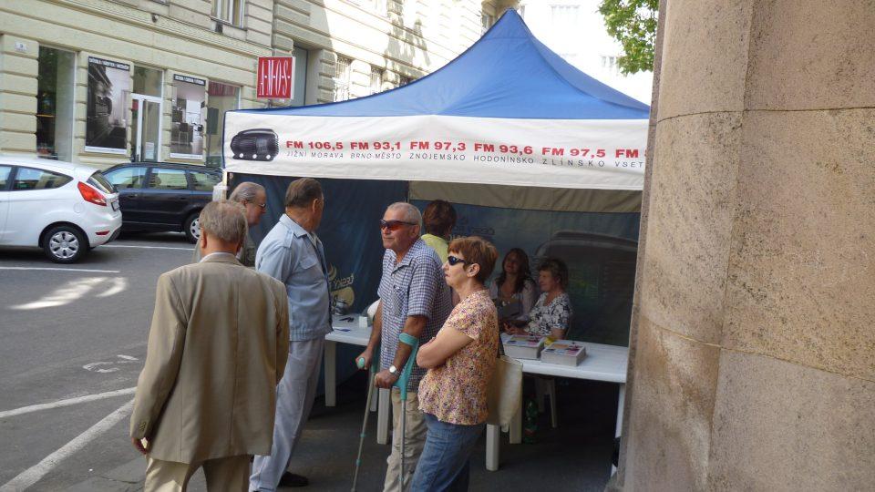 U propagačního stanu před budovou rozhlasu si zájemci vyzvedávali  časové vstupenky na prohlídku s výkladem