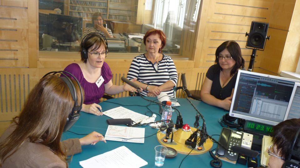 O tom, jak se připravuje vysílání si povídaly se šéfredaktorkou Hanou  Ondryášovou a produkčními Irenou Halovou a Danou Lachmanovou