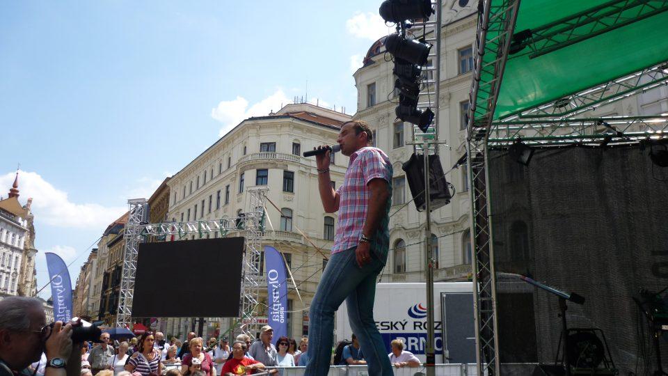 Prvním hostem přímého přenosu pořadu Rendez-vous s Marcelou  vysílaného z brněnského náměstí Svobody byl zpěvák Pavel Novák ml.