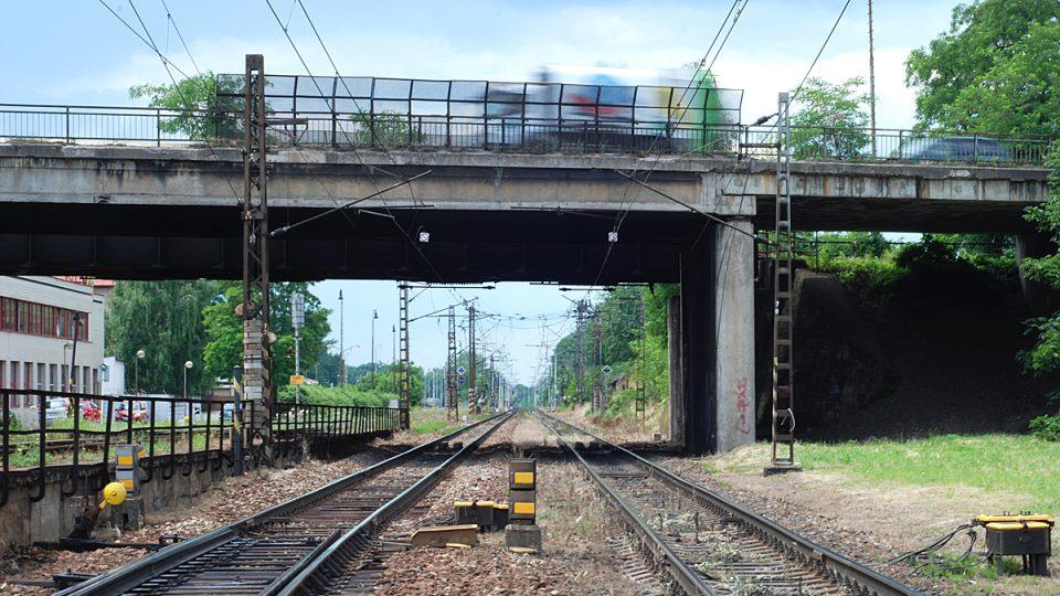 Vlaky stojí, auta jedou