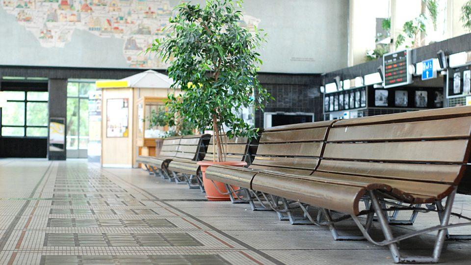 Na těchto lavičkách si běžně nesednete, bývají plné