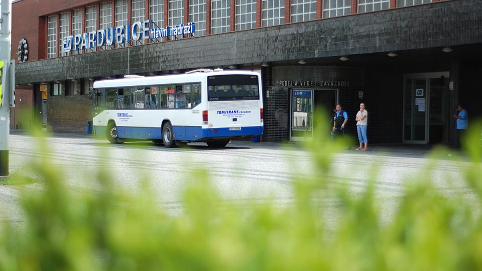 Náhradní autobusová doprava před vlakovým nádražím