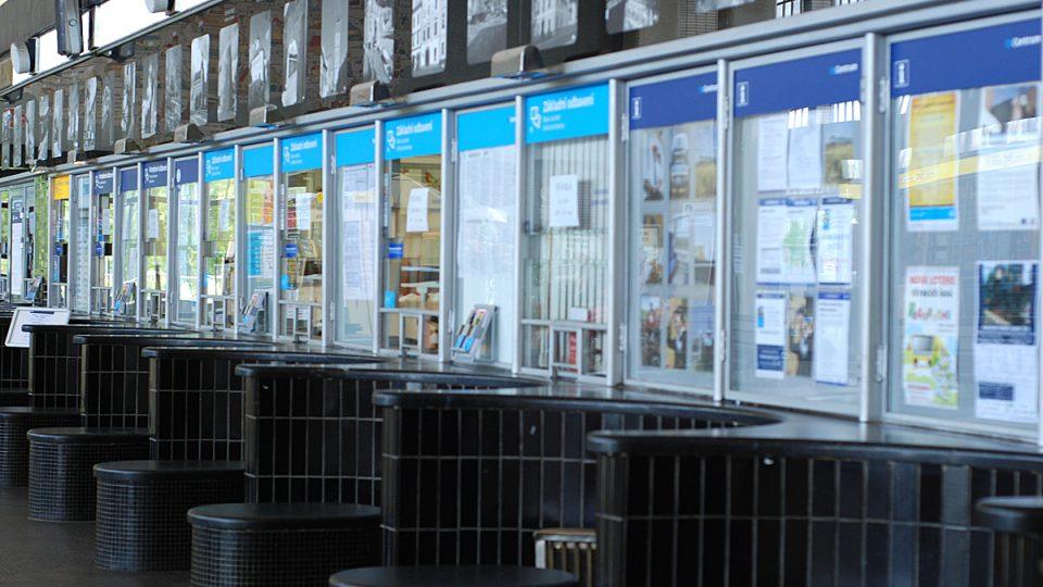 Pokladní na nádraží mají dnes volný den