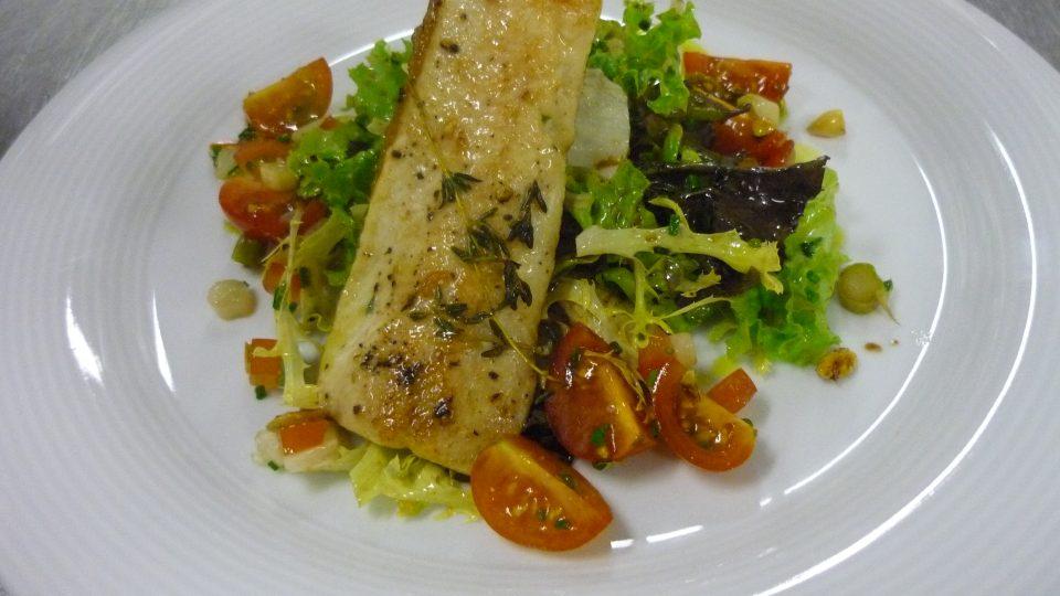 Příprava sivena a zeleninového salátu