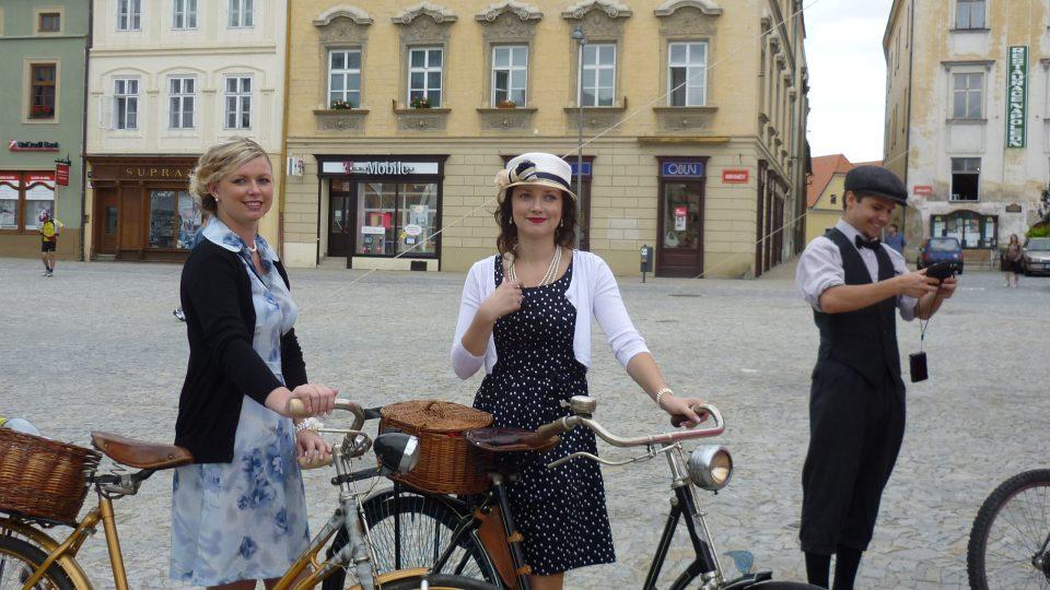I na letošním cyklovýletě nás provázela děvčata na kolech a v šatech  (i punčoškách) z 30. let minulého století. Na náměstí ve Znojmě čekají  na start.