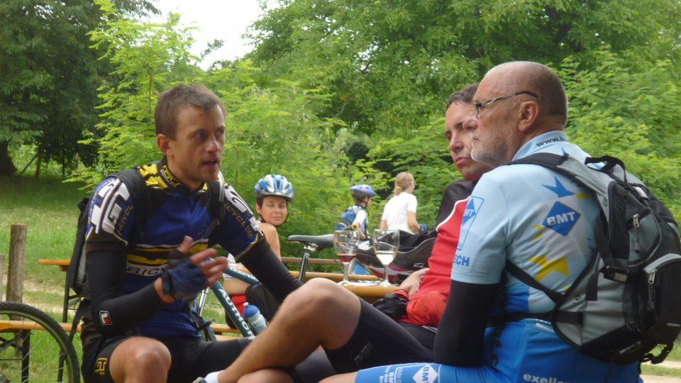 Cyklisté si na stanovištích povídali a ochutnávali víno