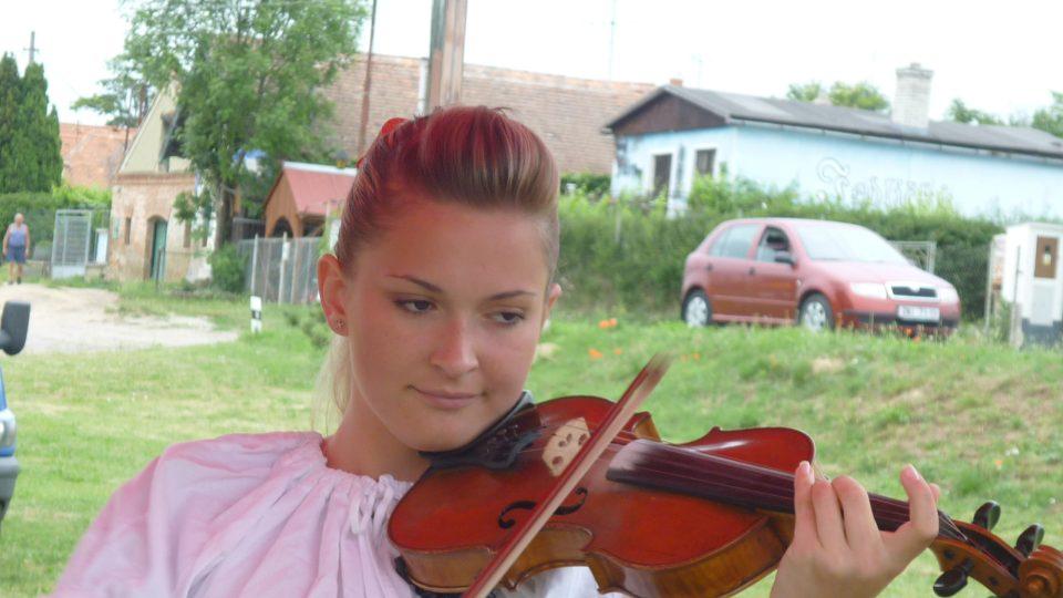 Půvabná houslistka z hudecké muziky Dyjavánek ze Znojma