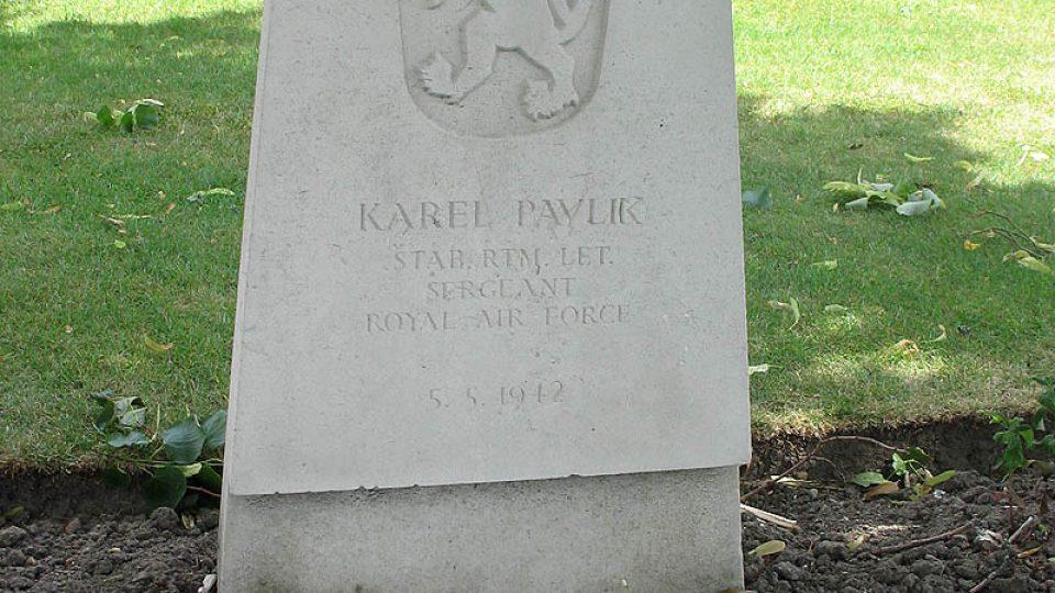 Hrob Karla Pavlíka, který sloužil u britského letectva