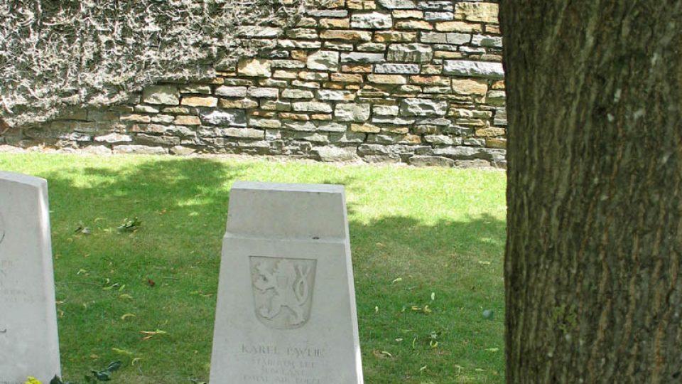 U hrobu Karla Pavlíka stojí vzrostlá lípa