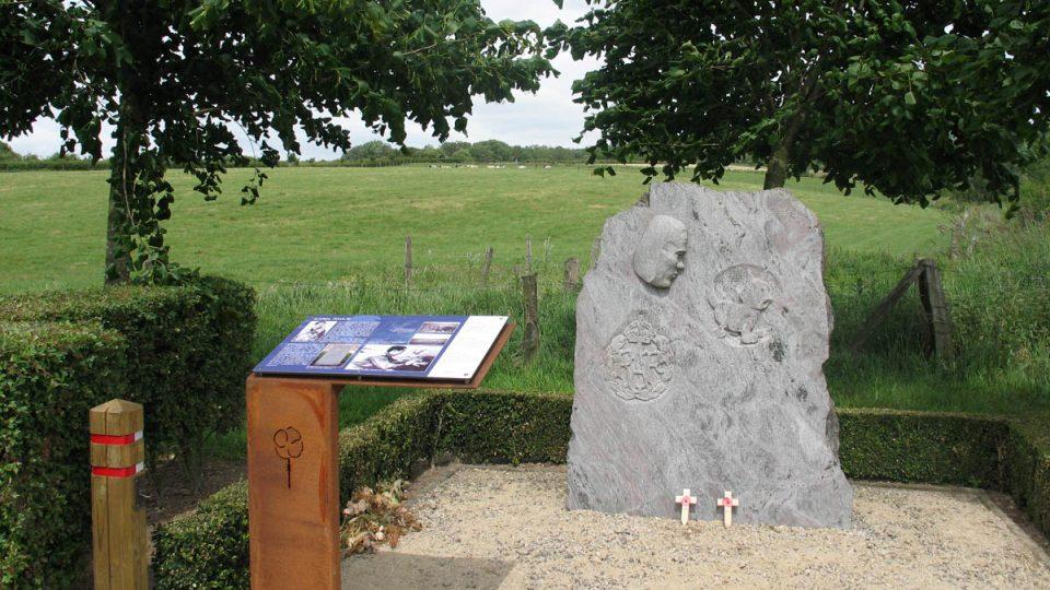 Na místě, kde pilot Karel Pavlík 5. 5. 1942 zahynul, je také informační cedule