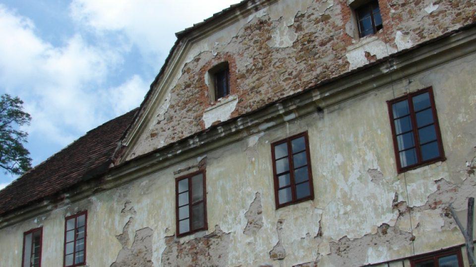 Semínský zámek s pivovarem - průčelí s věžičkou a majitel objektu Jan Kubíček