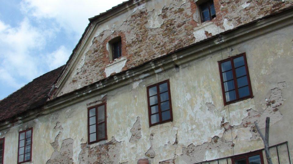 Semínský zámek s pivovarem - průčelí s věžičkou a majitelem p. Kubíčkem