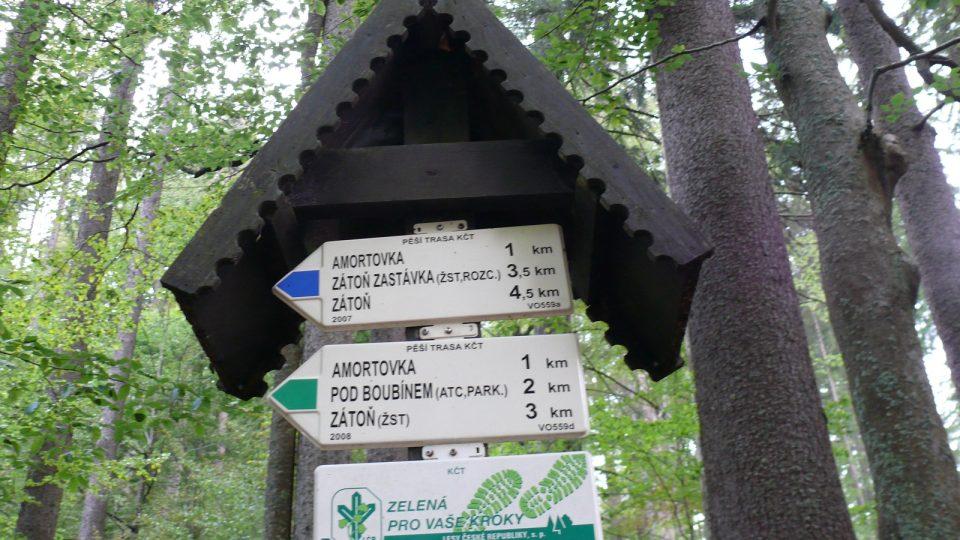 Od Boubínského jezírka vede zelená a modrá turistická značka