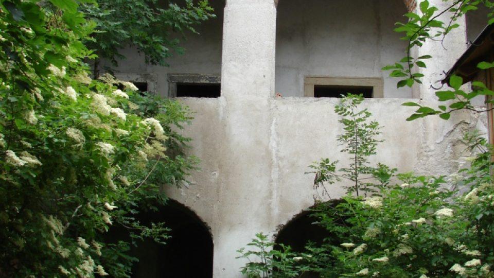 Zámeček Lipka -  pohled z nádvoří na arkády