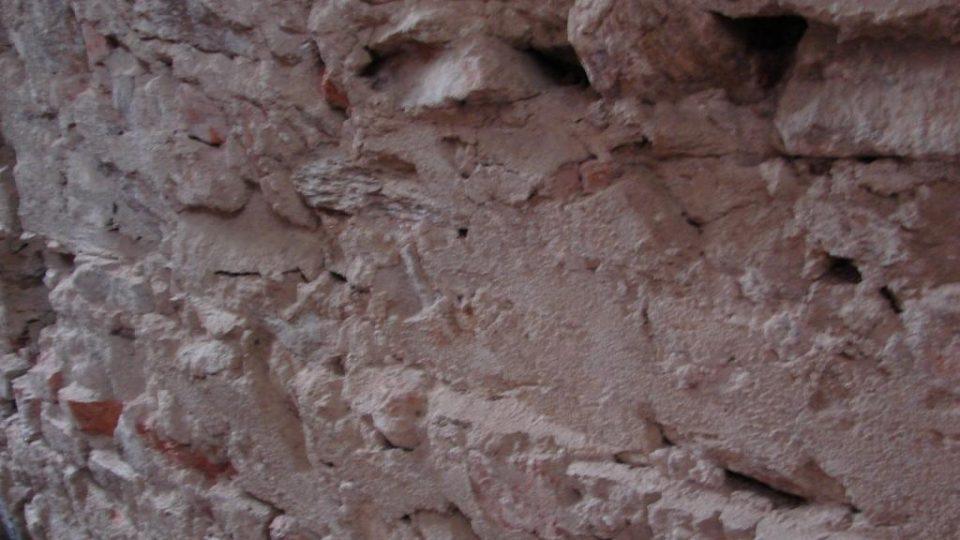 Zámeček Lipka - detail zdi a zbytky po původní dřevěném bednění místnosti