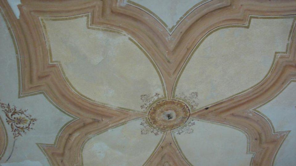 Zámeček Lipka - krásný malovaný strop v místnosti v prvním patře
