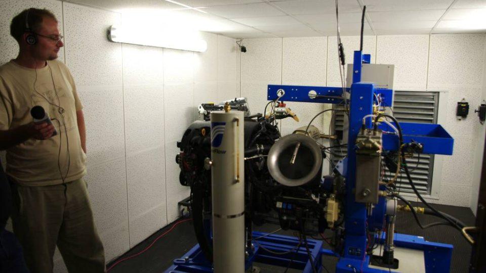 Den čtvrtý - jedna z laboratoří Ústavu progresivních technologií pro automobilový průmysl, zde se dlouhodobě testují motory.