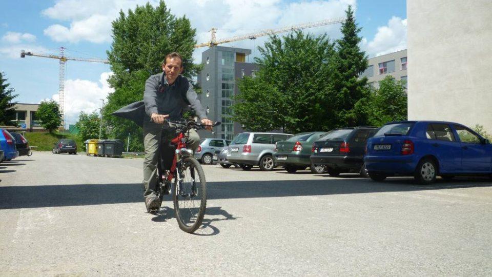 Den třetí - Docent Pavel Vorel se prohání na svém elektrokole areálem elektrotechniky brněnského VUT