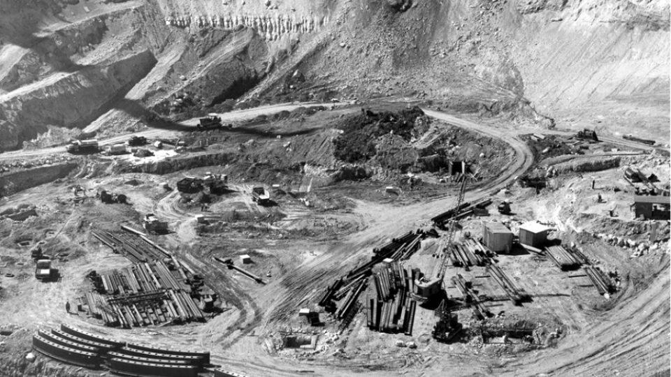 Snímek z konce března 1962 zachycuje staveniště v portorické džungli, na němž během tří let vyrostl největší radioteleskop světa