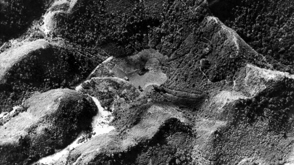 Na snímku z června 1960 je vidět původní přirozená proláklina, díky níž bylo pro stavbu teleskopu vybráno právě toto místo u města Erecibo