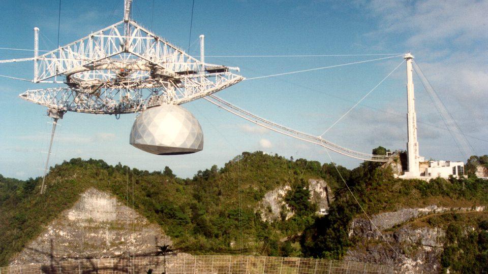 Okolní džungle a poloha blízko rovníku zajišťují vědcům z Observatoře Aceribo dokonalé podmínky k vesmírným pozorováním