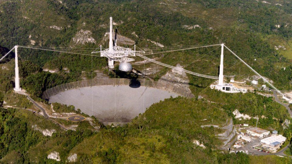 Přijímací zařízení radioteleskopu je zavěšeno ve výšce 150 metrů nad povrchem obřího talíře