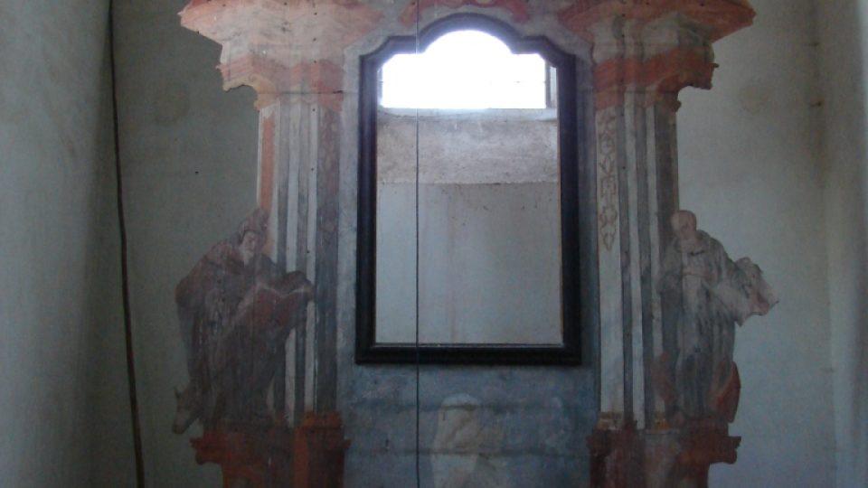Kostel Zvěstování Panny Marie v Janovičkách - oltář s chybějícím oltářním obrazem