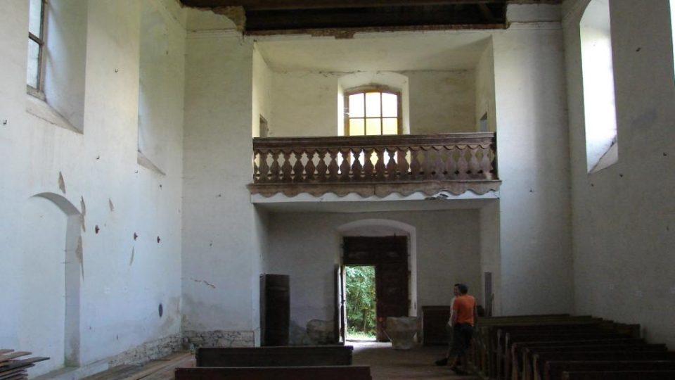 Kostel Zvěstování Panny Marie v Janovičkách - pohled do interiéru s chybějícím stropem