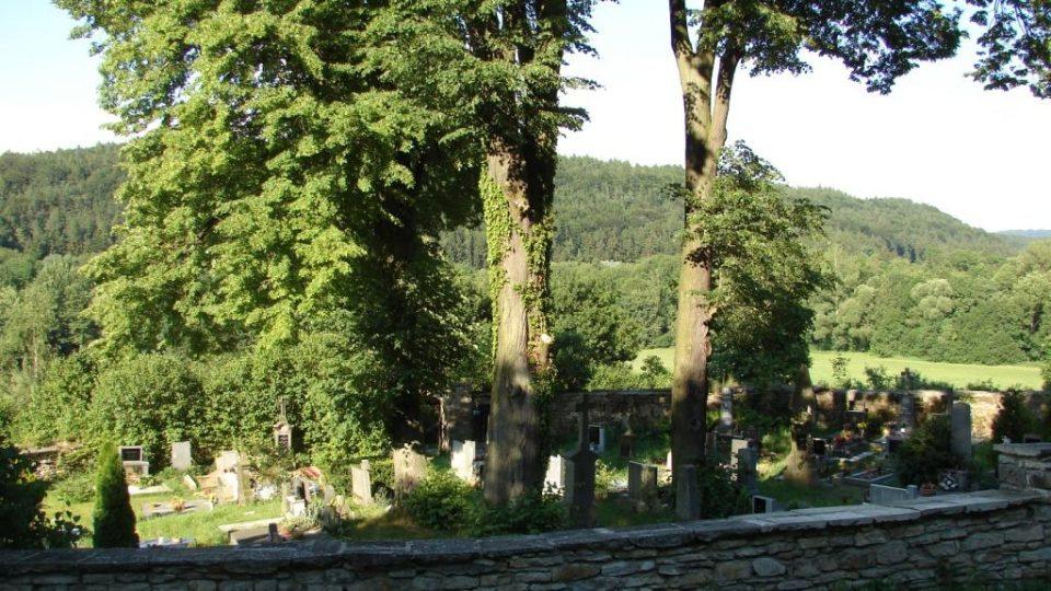 Kostel Zvěstování Panny Marie v Janovičkách -  zde stával původní hřbitov