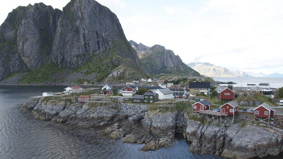 Lofoty leží na pobřeží Atlantiku, asi 100 až 300 kilometrů severně od severního polárního kruhu