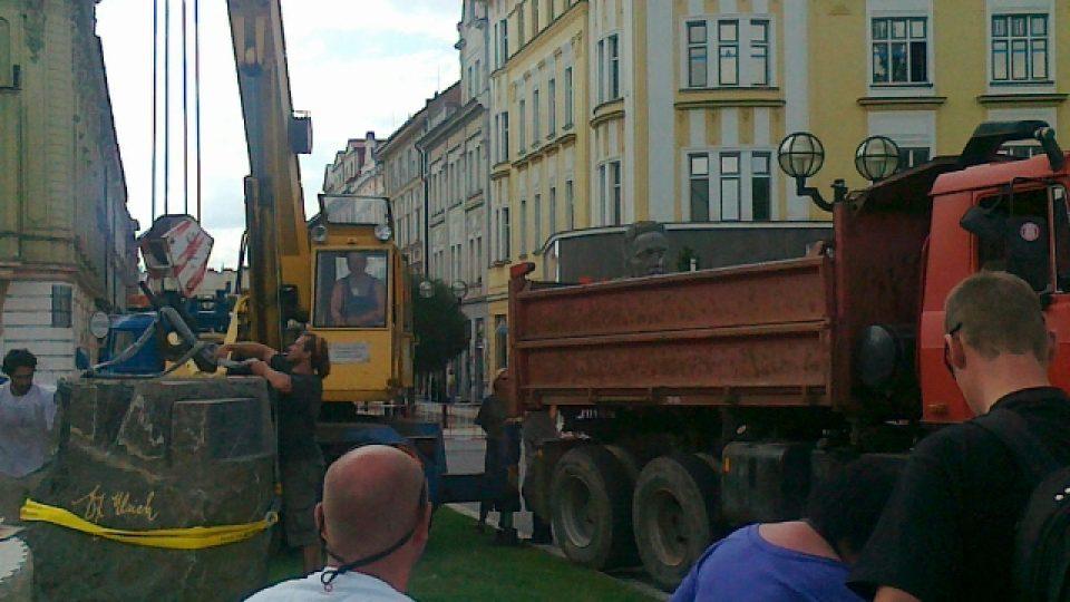 Ulrichův pomník město Hradec Králové převezlo do areálu technických služeb