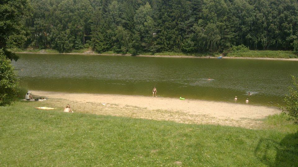 Rekreanty trápí nízká hladina vody rybníka Komorník na Jindřichohradecku