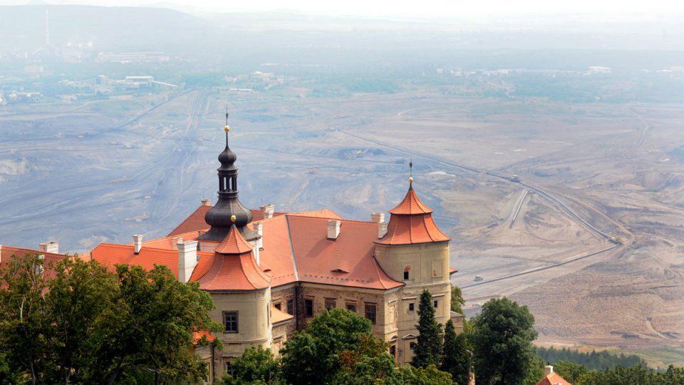Zámek Jezeří a uhelný důl v Dolním Jiřetíně