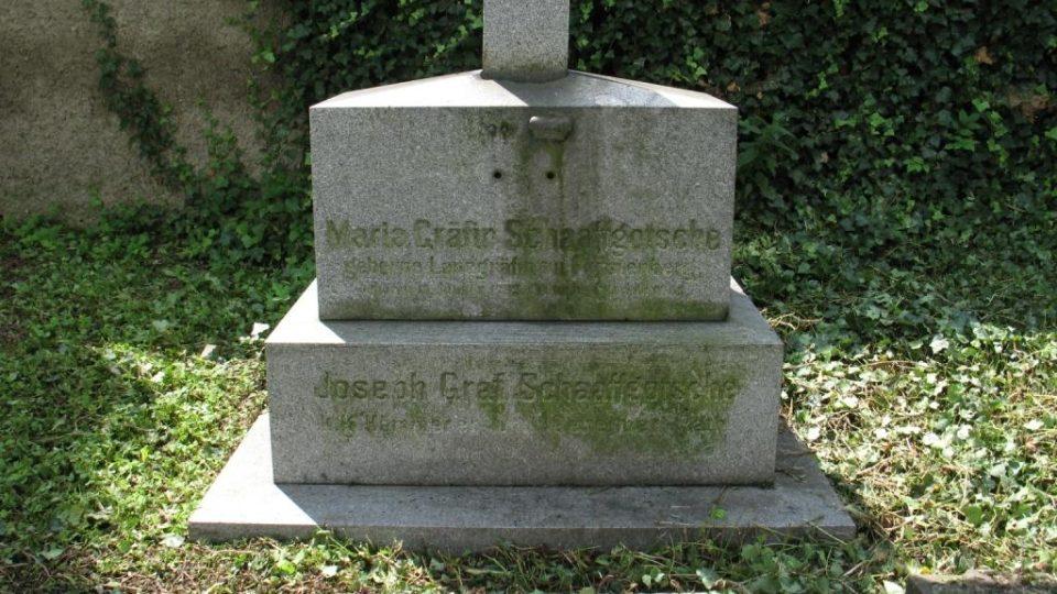 Kostel sv. Petra a Pavla v Biskupicích u Jevíčka - hřbitov s náhrobky bývalých majitelů zámku