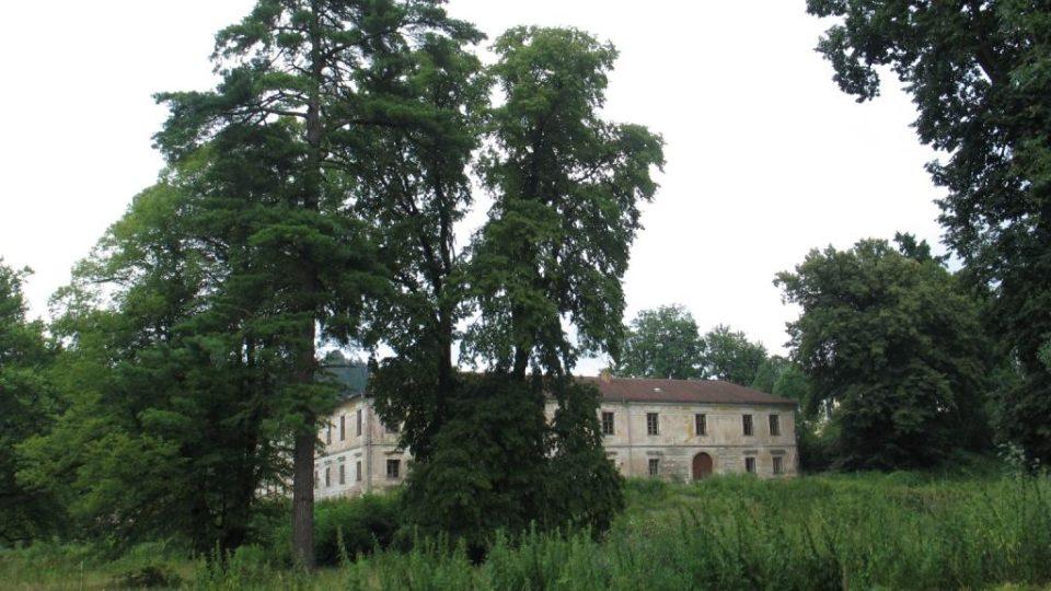 Zámek Biskupice u Jevíčka - zchátralý zámecký park