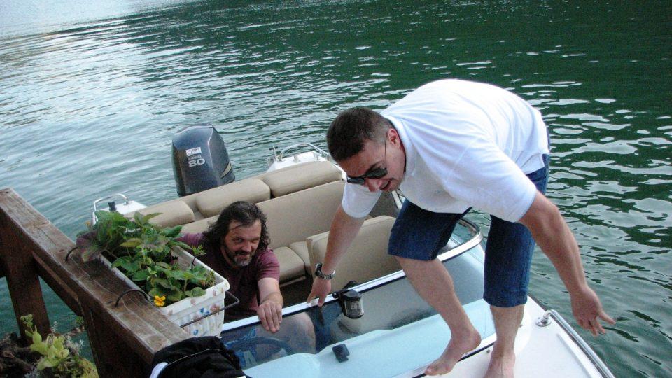 Emir Kusturica ovládá člun stejně dobře jako filmovou kameru nebo kytaru