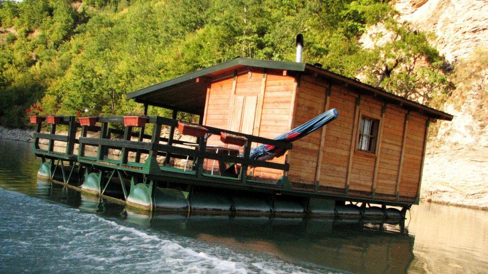 V zátokách Višegradské přehrady kotví hausbóty