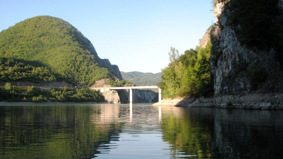 Rozeklané hory a kaňony východní Bosny lidská ruka doplnila vodními díly