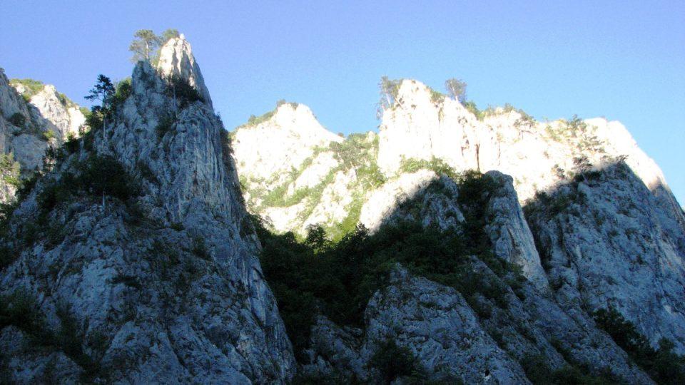 Višegradské jezero obklopují ostrá skalní úbočí