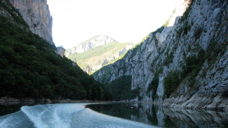 Kaňonem řeky Lim se dá zajet až 20 kilometrů do vnitrozemí