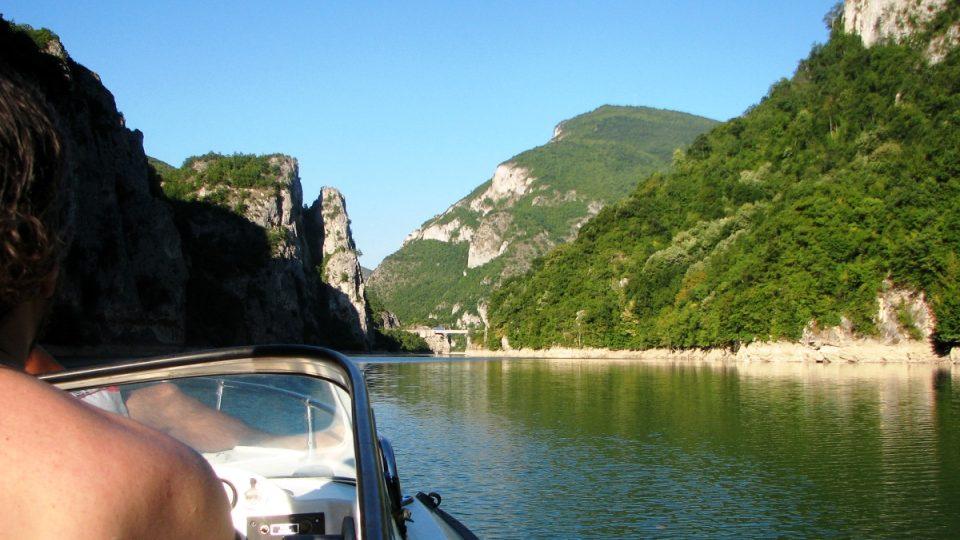 Višegradské přehradní jezero se táhne mezi ostrými skalami, které se zvedají do výše i několika set metrů