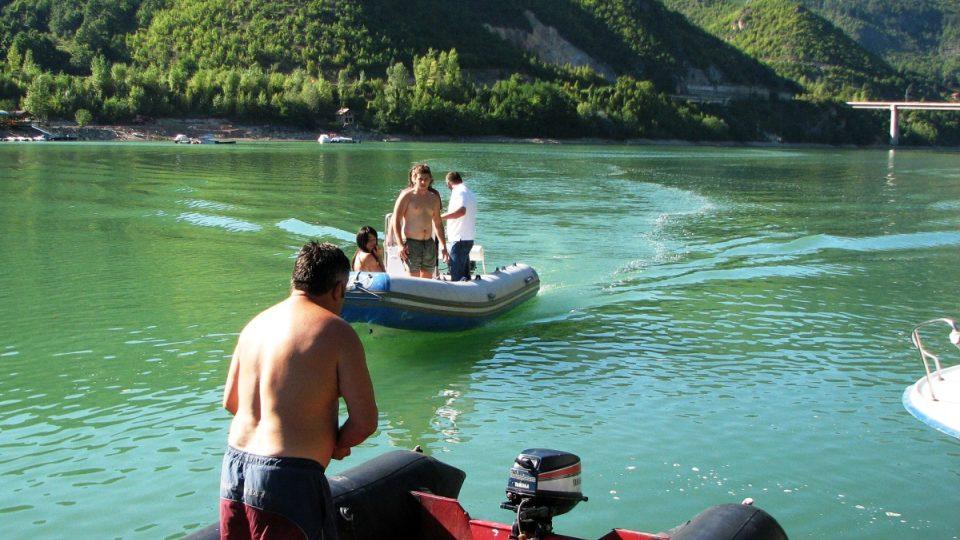 Lenivé odpoledne na řece Drině osvěžila projížďka na člunu