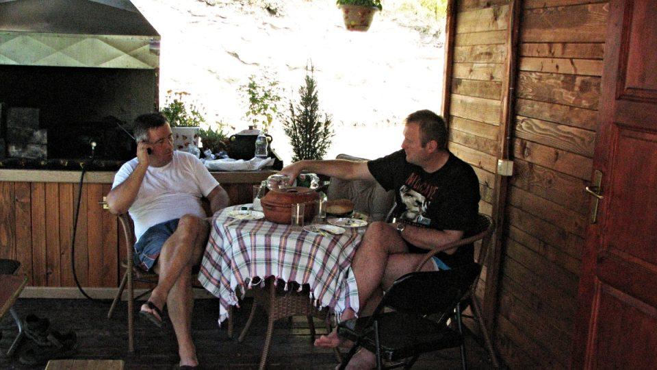Martin Dorazín užívá pohostinnosti majitelů hausbótu