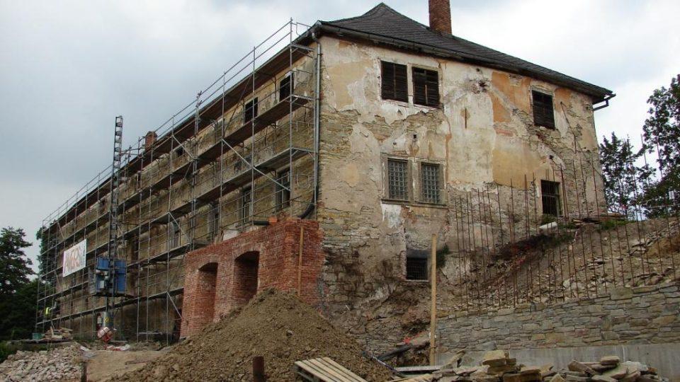 Zámek Orlice u Letohradu s nově postaveným opěrným sloupem